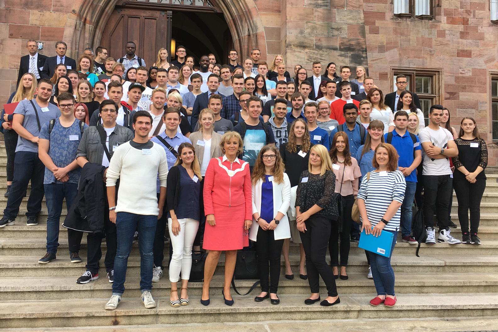 Gruppenfoto der neuen Auszubildenden vorm Rathaus am 5. September 2016
